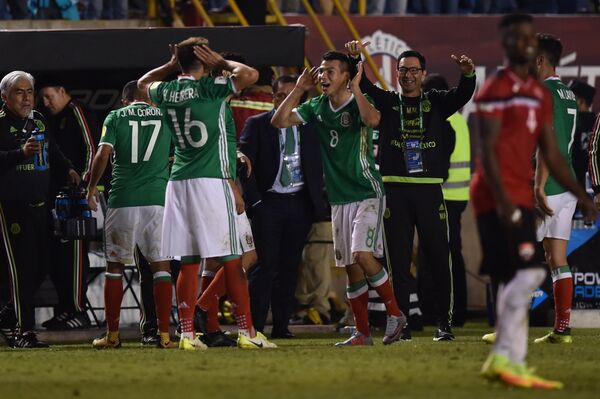 Футболисты сборной Мексики радуются голу