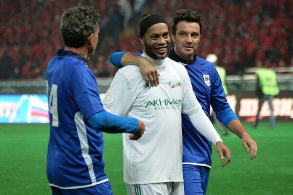Бразильский футболист Роналдиньо (в центре)