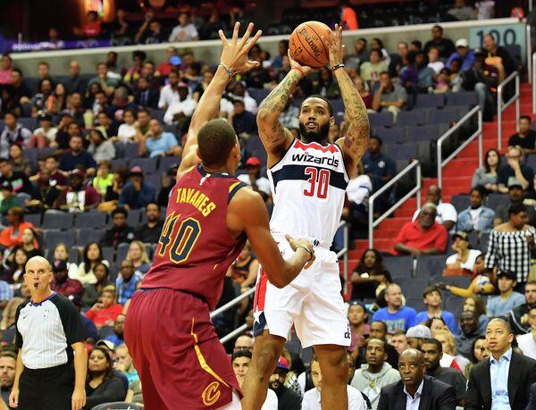 Форвард клуба НБА Вашингтон Уизардз Майк Скотт (справа)