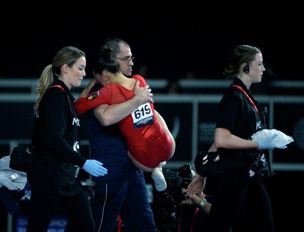 Организаторы ЧМ-2017 по спортивной гимнастике в Монреале оказывают помощь румынке Ларисе Иордаче (в центре), получившей травму