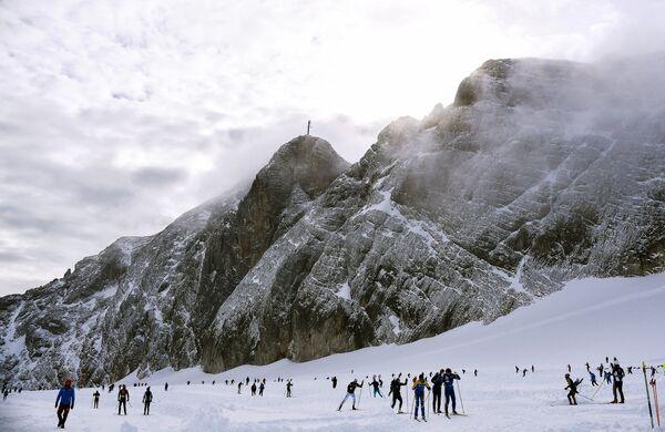 Лыжники на леднике Дахштайн в Австрии