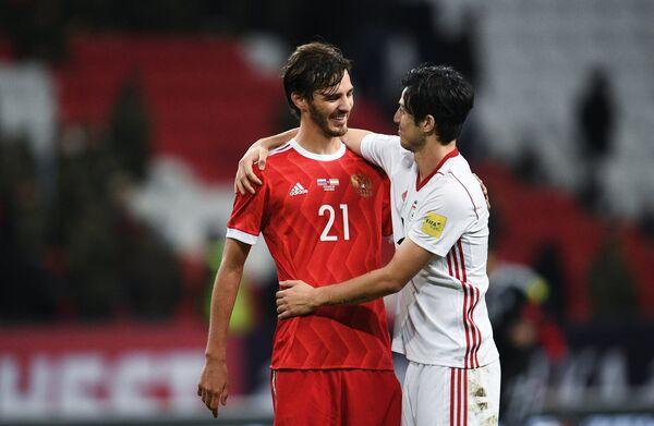 Хавбек сборной России Александр Ерохин (слева) и форвард сборной Ирана Сердар Азмун
