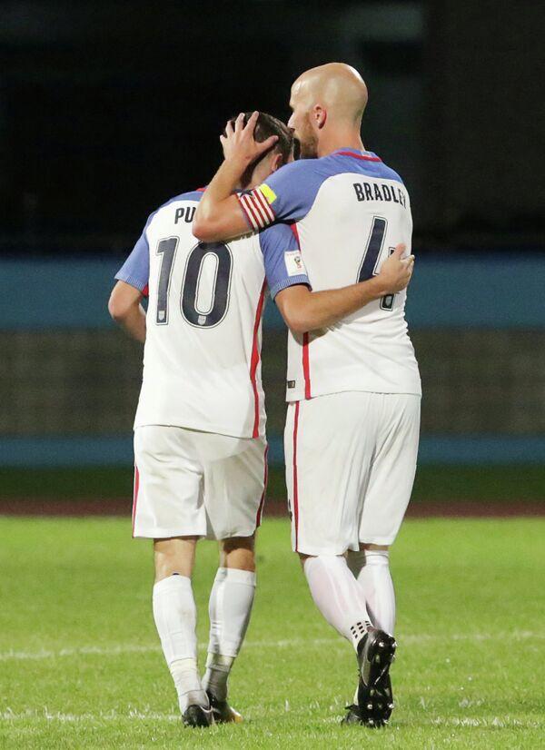 Футболисты сборной США Кристиан Пулишич и Майкл Брэдли (слева направо)