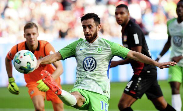 Игровой момент матча чемпионата Германии по футболу Байер - Вольфсбург