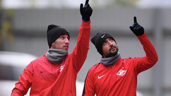 Футболисты Спартака Ивелин Попов и Александр Самедов (слева направо)