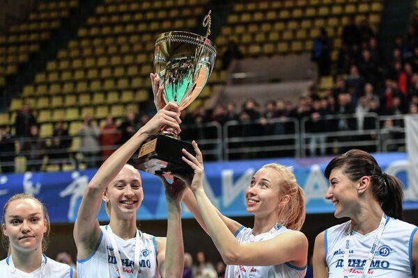 Волейболистки московского Динамо Анна Лазарева (вторая слева), Наталья Ходунова (вторая справа) после победы в Суперкубке России