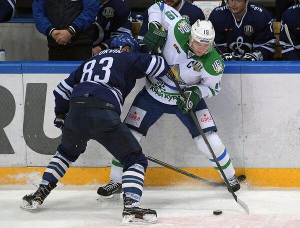 Нападающий ХК Динамо Владимир Брюквин (слева) и защитник ХК Салават Юлаев Александр Логинов