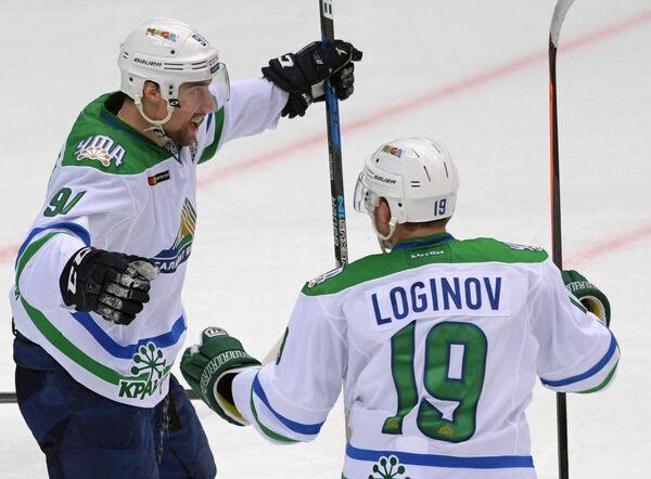 Хоккеисты Салавата Юлаева Евгений Коротков и Александр Логинов (слева направо)