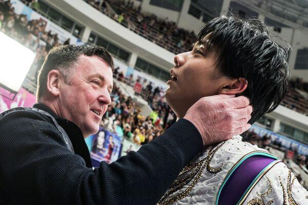 Юдзуру Ханю и тренер Брайан Орсер (слева)