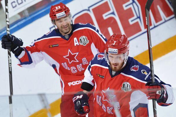 Хоккеисты ЦСКА Александр Попов и Иван Телегин (справа) радуются заброшенной шайбе