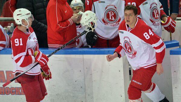 Хоккеист Витязя Алексей Макеев (слева)