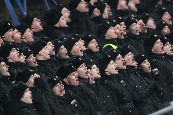 Военнослужащие во время матча женских футбольных сборных России и Уэльса