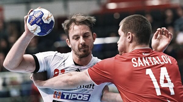 Игрок сборной Словакии Якуб Микита (слева) и игрок сборной России Дмитрий Санталов