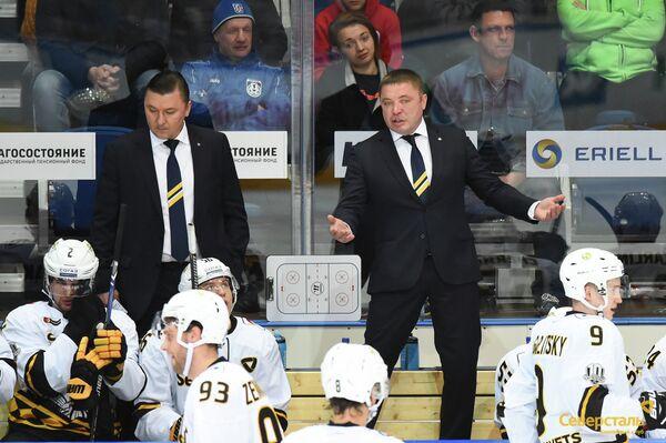 Главный тренер ХК Северсталь Александр Гулявцев (справа)