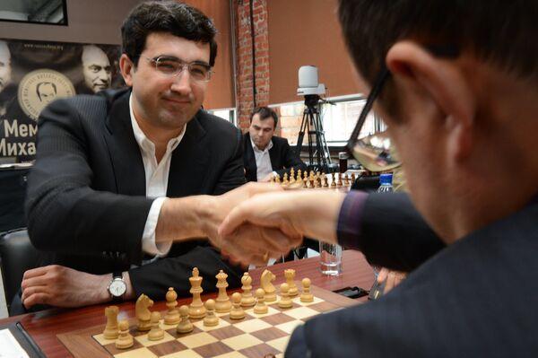 Владимир Крамник (слева)