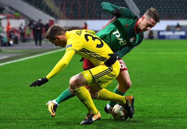 Защитник Шерифа Анте Кулушич (слева) и хавбек Локомотива Антон Миранчук