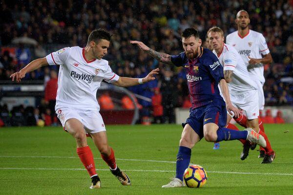 Нападающий Барселоны Лионель Месси (справа на первом плане)