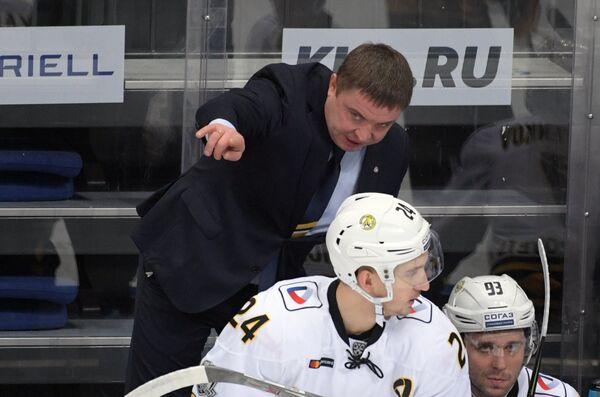 Главный тренер ХК Северсталь Александр Гулявцев (на втором плане)