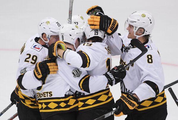 Хоккеисты Северстали радуются забитой шайбе