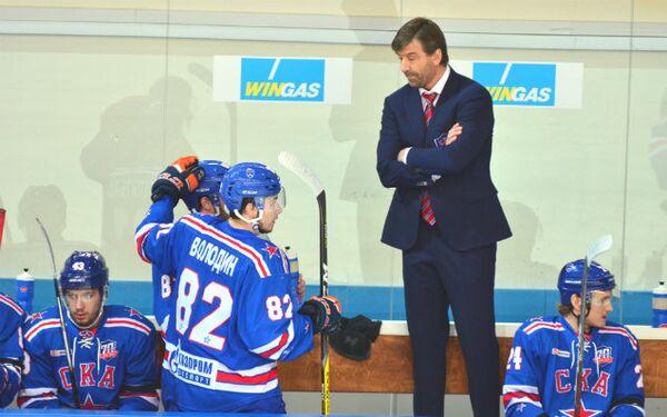 Михаил Милехин (на втором плане)