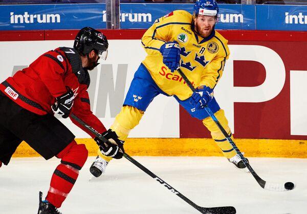 Форвард сборной Швеции Линус Умарк (справа)