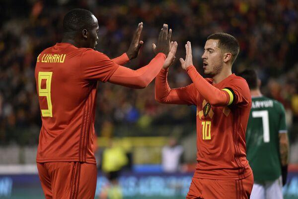 Форвард сборной Бельгии Ромелу Лукаку и полузащитник команды Эден Азар (слева направо)