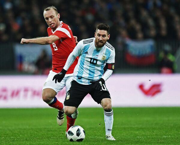 Нападающий сборной Аргентины Лионель Месси и полузащитник сборной России Денис Глушаков (справа налево)