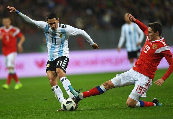 Защитник сборной Аргентины Николас Отаменди и полузащитник сборной России Далер Кузяев (слева направо)