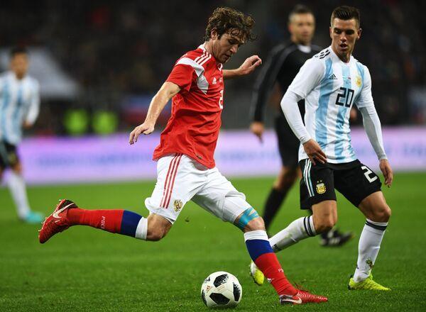 Защитник сборной России Марио Фернандес и полузащитник сборной Аргентины Джовани Ло Чельсо (слева направо)
