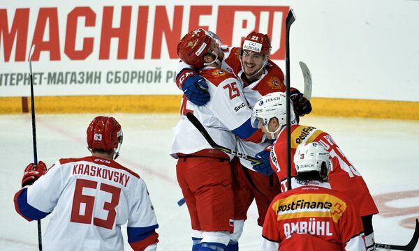 Форвард сборной России по хоккею Павел Красковский (слева)