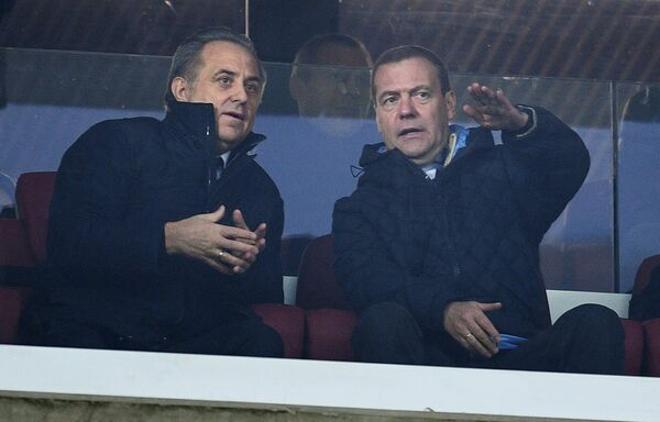 Председатель правительства РФ Дмитрий Медведев и президент Российского футбольного союза, заместитель председателя правительства РФ Виталий Мутко Виталий Мутко (слева)