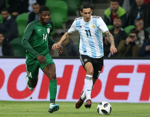 Форвард сборной Нигерии Келечи Ихеаначо (слева) и хавбек сборной Аргентины Анхель Ди Мария