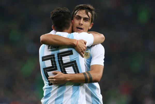 Футболисты сборной Аргентины Кристиан Павон и Пауло Дибала (слева направо)