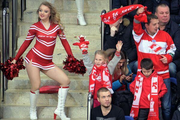 Болельщики Спартака и девушка из группы поддержки