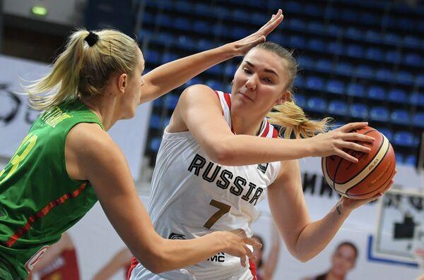 Центровая сборной Литвы Гинтаре Петроните (слева) и центровая сборной России Мария Вадеева