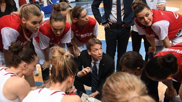 Главный тренер женской сборной России по баскетболу Олаф Ланге (в центре)