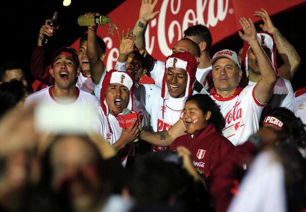 Футболисты сборной Перу празднуют выход на ЧМ-2018