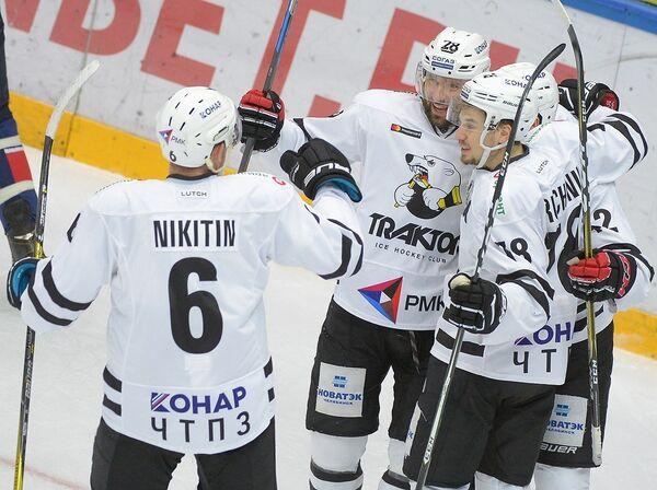 Хоккеисты Трактора радуются заброшенной шайбе в исполнении Максима Якуцени (в центре)
