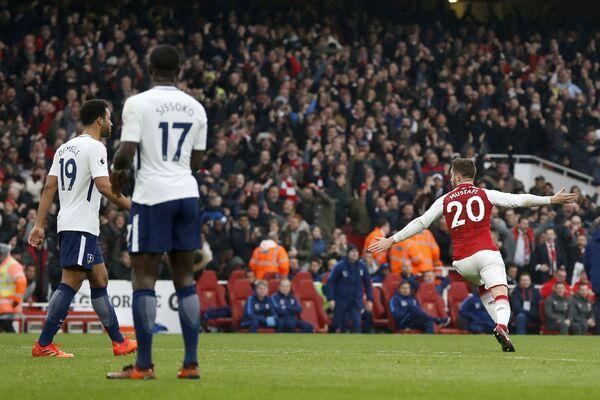 Полузащитник Арсенала Шкодран Мустафи (справа) радуется забитому мячу в ворота Тоттенхэма
