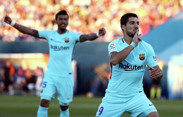 Форвард Барселоны Луис Суарес радуется забитому мячу