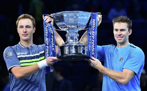 Финский теннисист Хенри Континен и австралиец Джон Пирс (слева направо)
