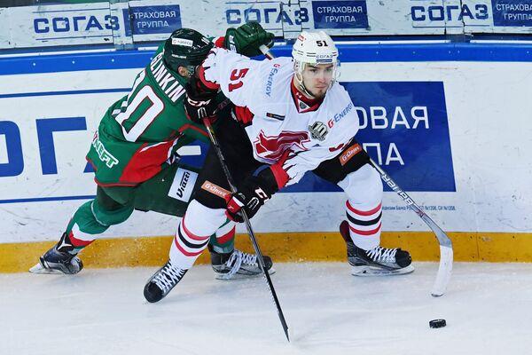 Нападающий ХК Ак Барс Антон Глинкин (слева) и защитник ХК Авангард Максим Минеев