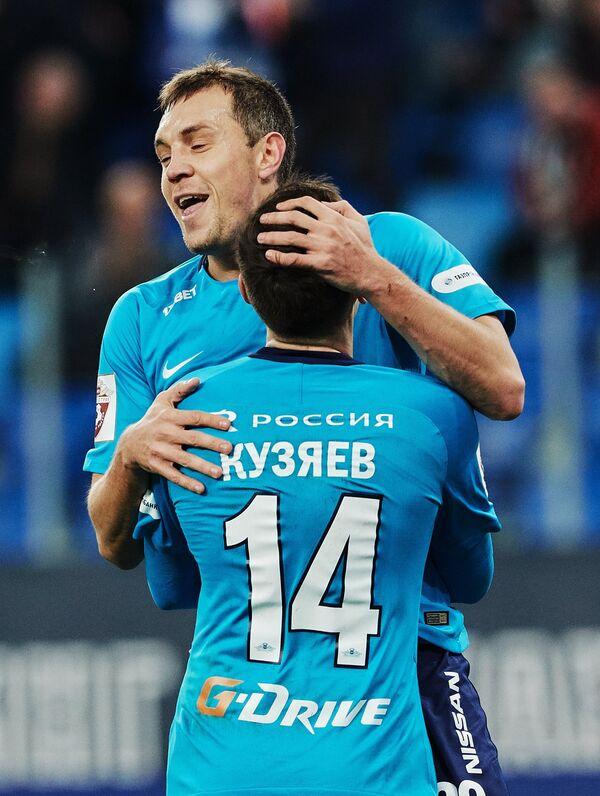 Футболисты Зенита Артем Дзюба (слева) и Далер Кузяев