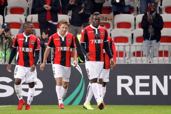 Футболисты Ниццы радуются забитому мячу Марио Балотелли (справа)