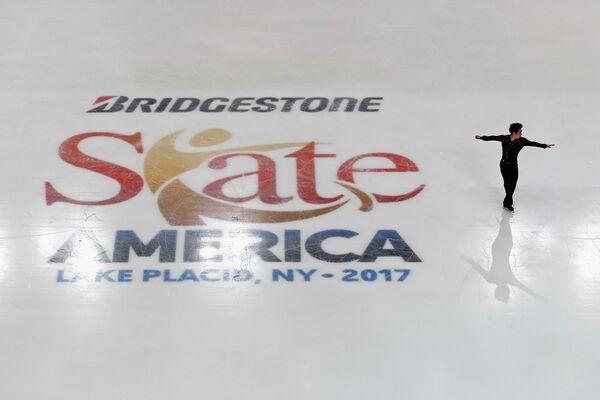 Цзинь Боян выступает на этапе Гран-при по фигурному катанию - Skate America