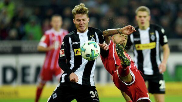 Игровой момент матча чемпионата Германии по футболу между менхенгладбахской Боруссией и мюнхенской Баварией