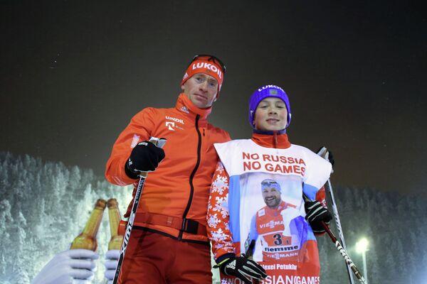 Роман Старков, запустивший в соцсетях флешмоб в поддержку российских спортсменов #noRUSSIAnoGAMES, и российский лыжник Максим Вылегжанин (слева)