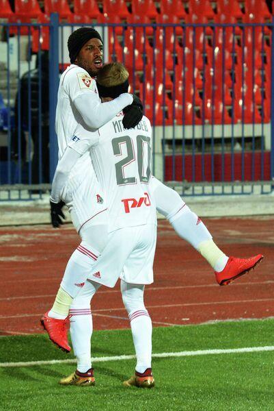 Футболисты Локомотива Джефферсон Фарфан (слева) и Владислав Игнатьев