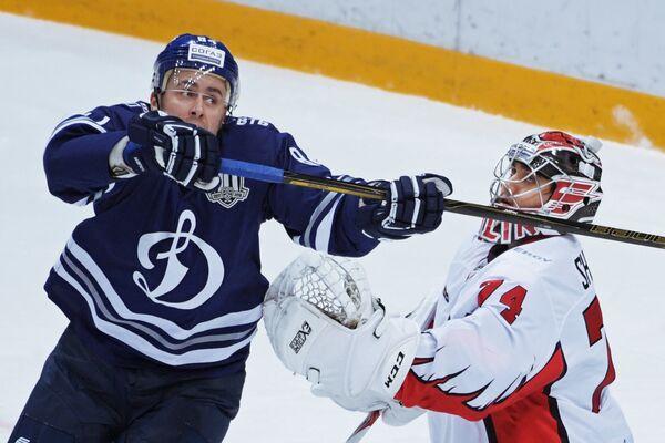 нападающий ХК Динамо Игорь Игнатушкин (слева) и вратарь ХК АвангардОлег Шилин