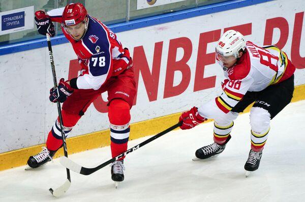 Нападающий ЦСКА Максим Шалунов (слева) и защитник Куньлуня Артур Кулда